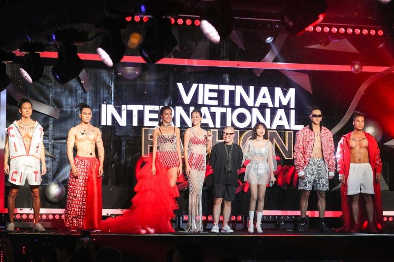 Đã mắt với màn catwalk đậm chất thể thao trong bộ sưu tập Miss Fitness của NTK Hà Nhật Tiến!